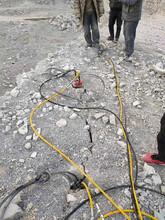 龙山破碎石头分解岩石的劈裂棒图片