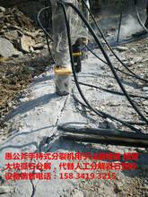 挖房屋基础代替炮锤开采破拆硬石头的机器图片