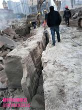 井下石方静态爆破液压破石机几人操作图片