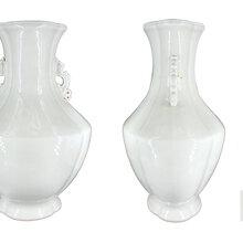 洛克菲勒国际拍卖瓷器欣赏:《大清乾隆年制》官釉兽耳瓜棱大赏瓶