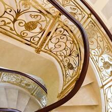 重慶酒店旋轉樓梯鋁藝金色樓梯護欄生產廠家圖片