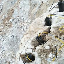 挖机挖不动的石头怎么办用劈裂机技术指导图片