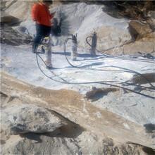 挖机挖不动的石头怎么办用劈裂机可看现场图片