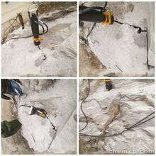 挖机挖不动的石头怎么办用分裂机裂石机一天能产多少方图片