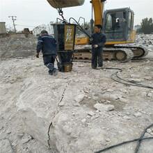 挖机挖不动的石头怎么办用分裂机裂石棒操作工序图片