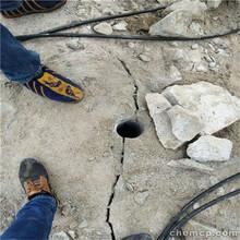 麗江地鐵施工裂開巖石挖機效率低用劈裂棒圖片