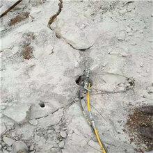 吐鲁番地区矿山硬岩石钩机打不动用什么机器裂石成本低图片