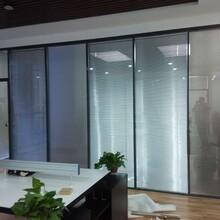 深圳辦公內鋼外鋁百葉隔斷經久耐用,鋼鋁結構玻璃隔斷圖片