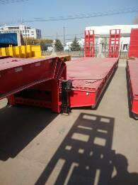 13米HS683低平板半挂车爬梯式低平板拉机械的半挂车