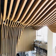 售樓中心大堂造型格柵吊頂弧形鋁方通木紋鋁方通圖片