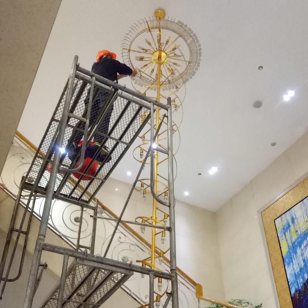 酒店别墅水晶灯清洗,大型吊灯维修,休闲会所KTV灯具保洁