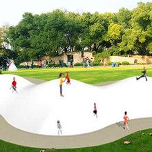 室外大型景区充气蹦蹦云沙滩园设备公园充气彩虹弹跳床图片