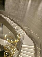 湖北商场玻璃旋转楼梯安装图片