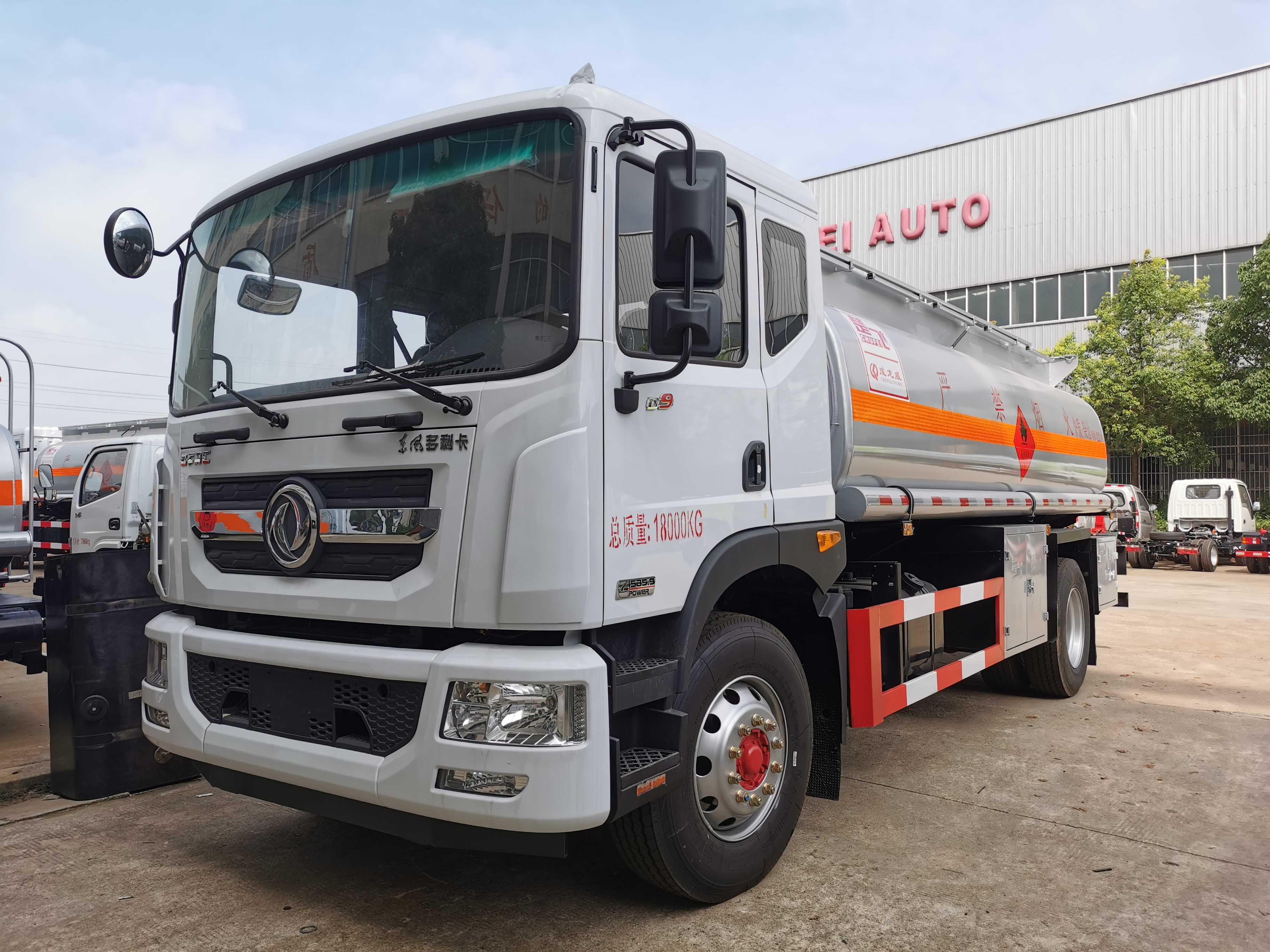 成龙威12吨危险品油车多款车型可供选择