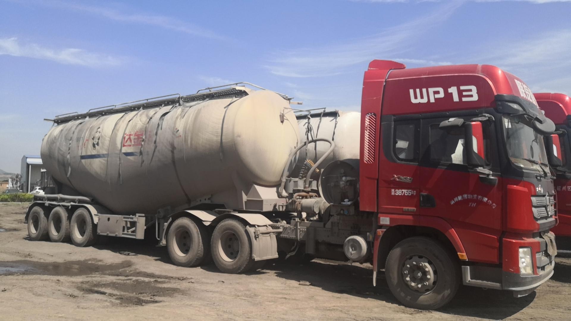 18年陕汽德龙ⅹ3000后挂48方水泥罐车手续齐全