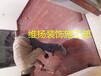 地板安装首先把地面打扫干净方面装防潮垫预留伸缩缝